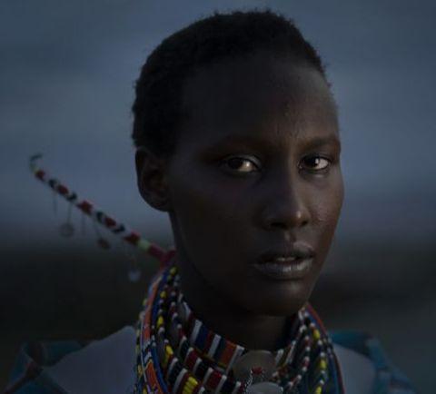 Mörkhyad kvinna med många halsband.