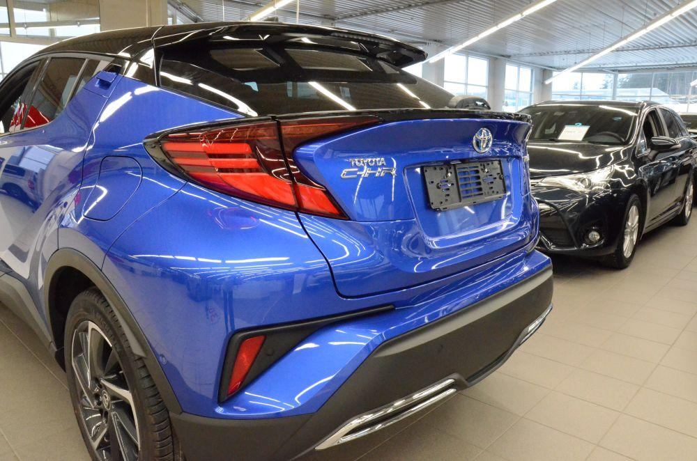 En ny blå personbil.