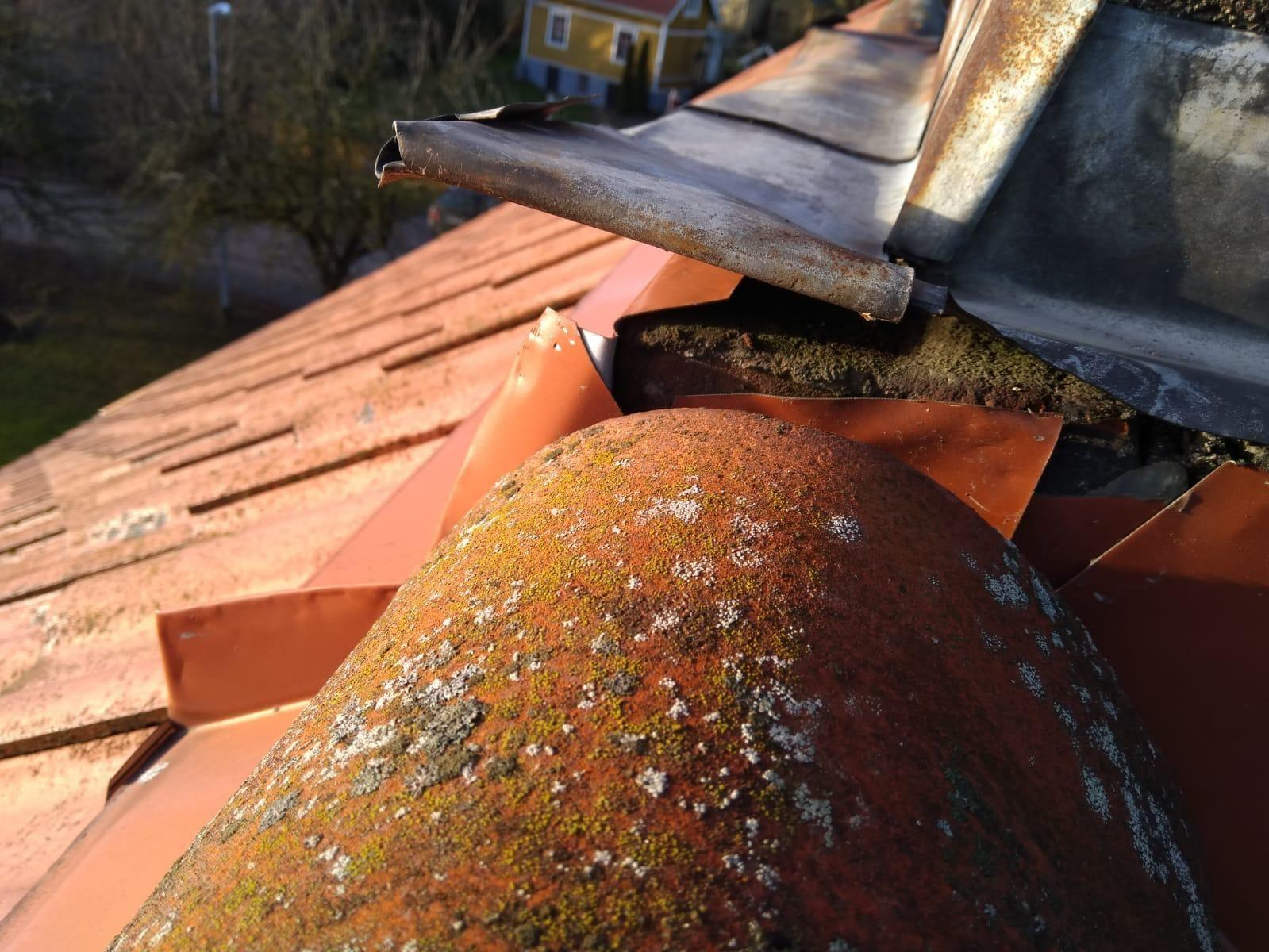 närbild på stormskadat tak