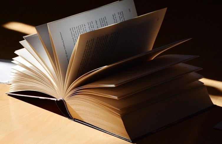 Öppen bok på bord