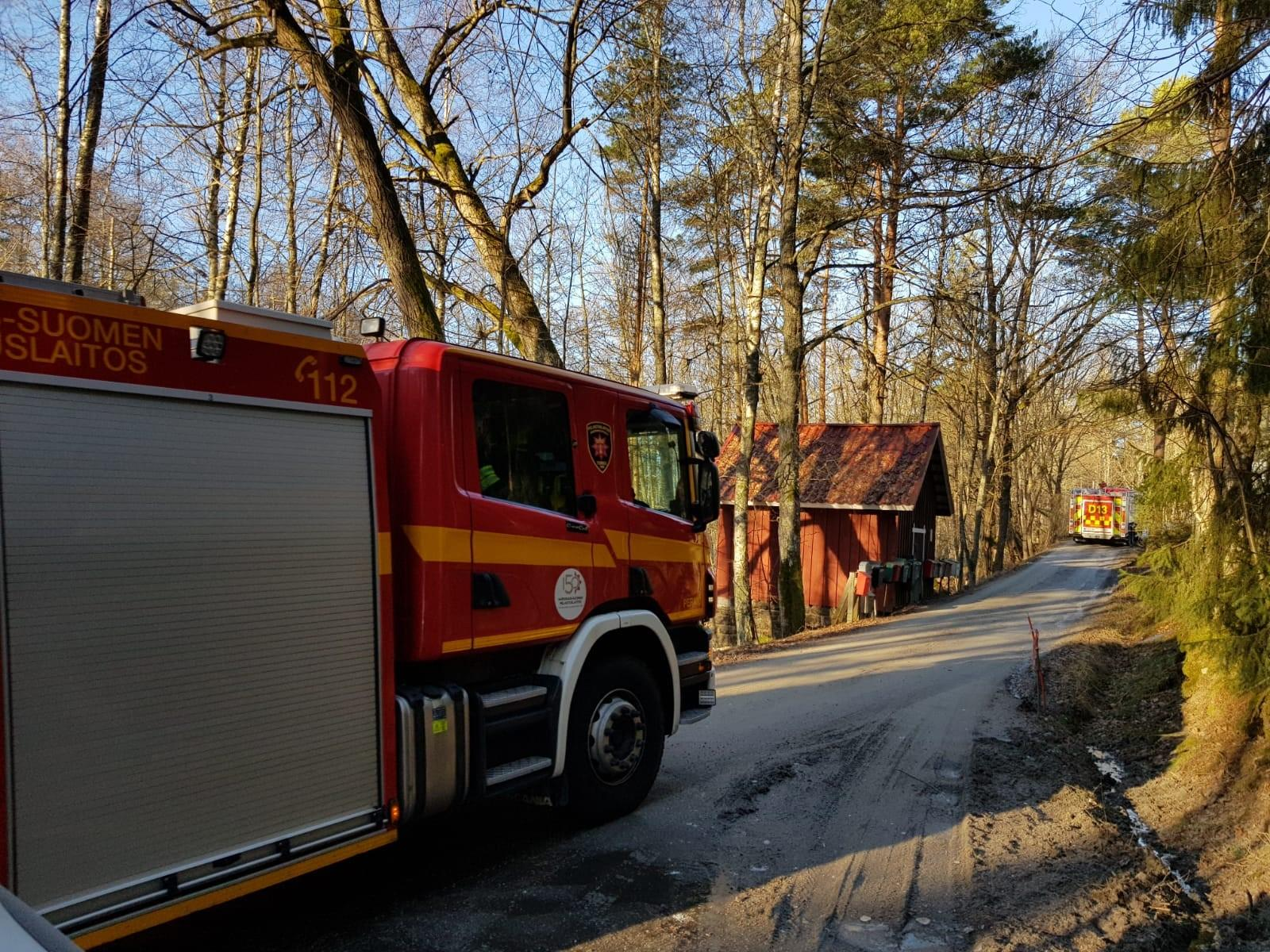 Brandbilar på en smal väg.