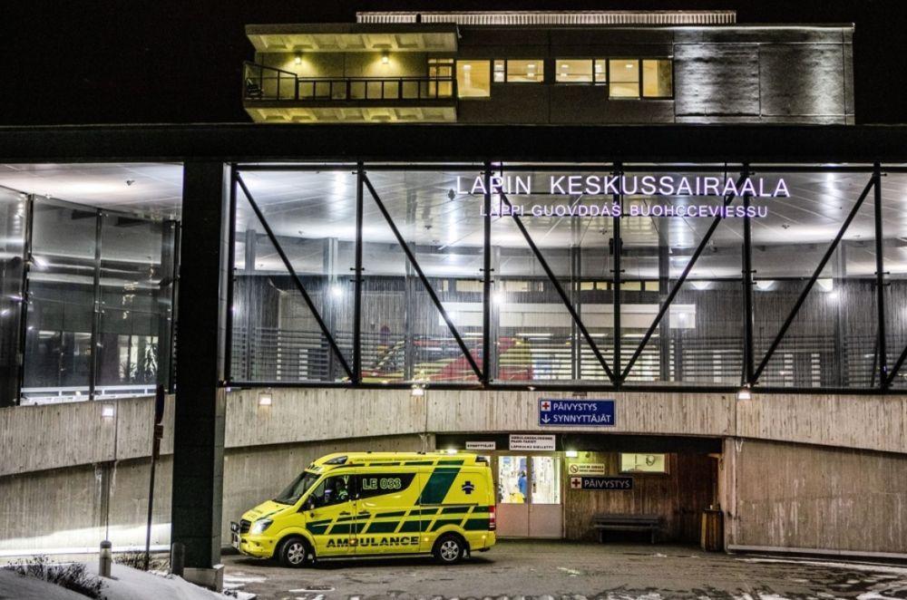 Ambulans står framför sjukhusentré