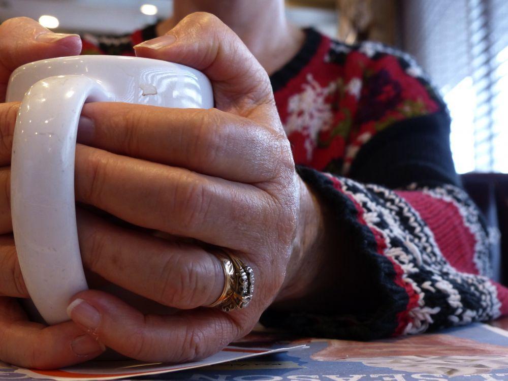 hand som håller kaffekopp