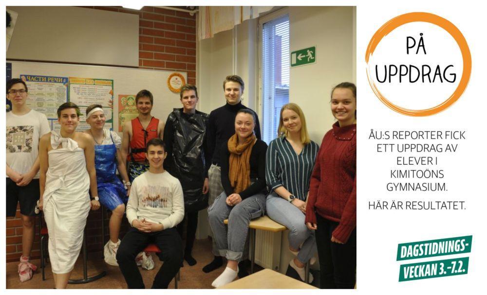 En grupp studerande. Vissa har konstiga kläder, t.ex. klädda i sopsäckar.