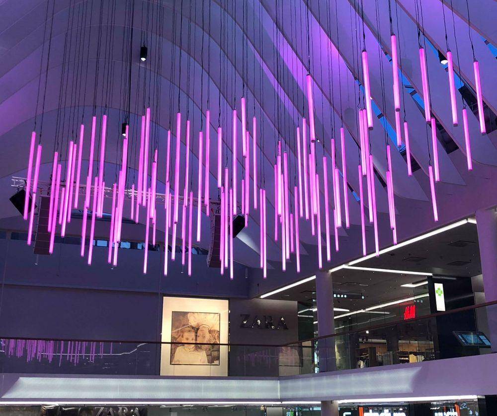 Ljusinstallation i ett köpcenter.
