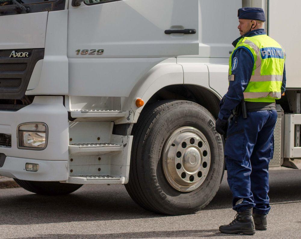Polis kontrollerar långtradare