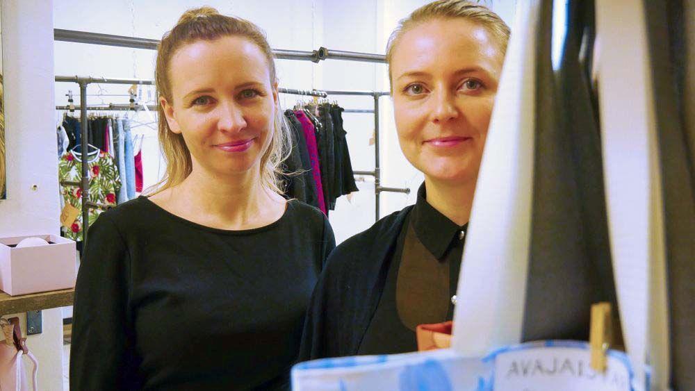 Två kvinnor i sin affär