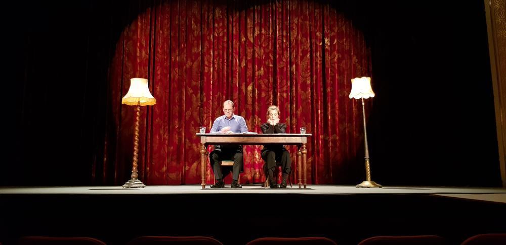 """Pjäsen """"Kärleksbrev"""" där en manlig och en kvinlig skådespelare läser brev som dialog"""