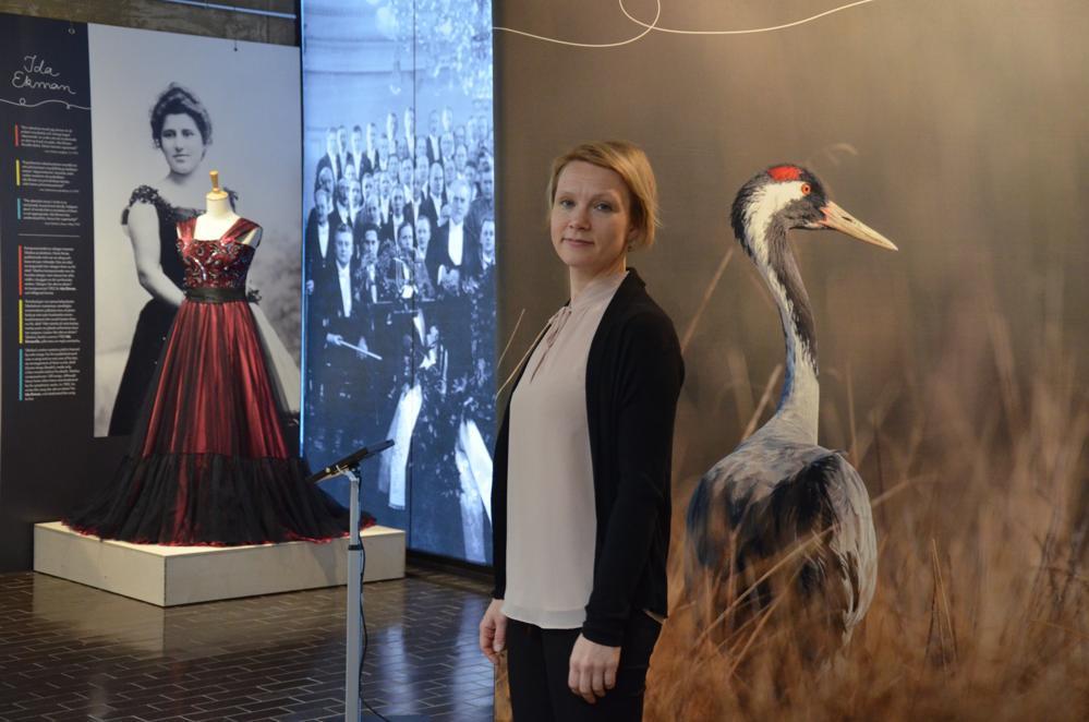 kvinna framför modern utställning om Jean Sibelius