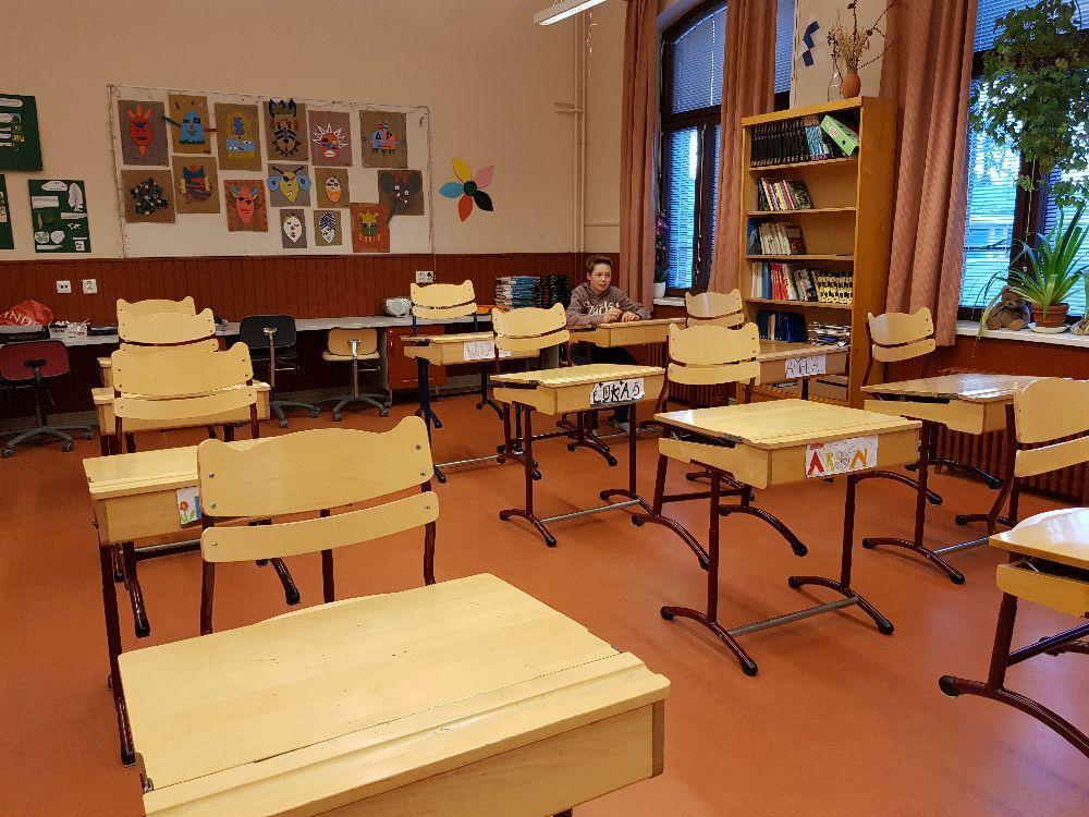 ensam pojke i en skolklass
