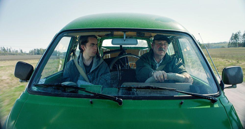 Två män sitter i en bil.