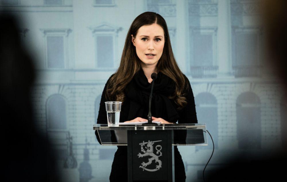 Kvinna som står vid en talarstol och talar.
