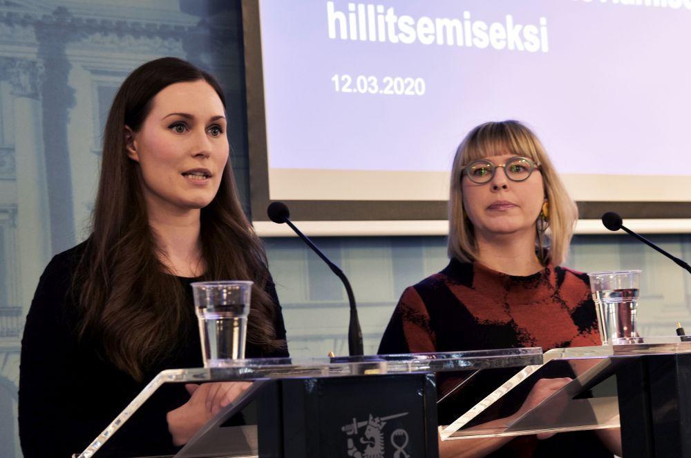Två kvinnor på presskonferens