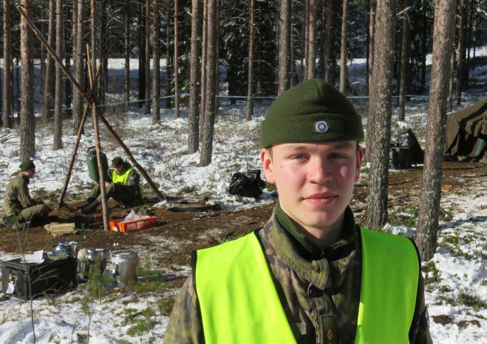 Ung soldat vid skogsläger