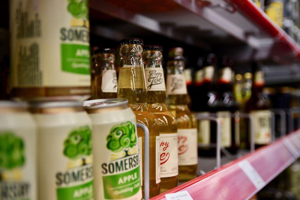 Öl och cider på en butikshylla.