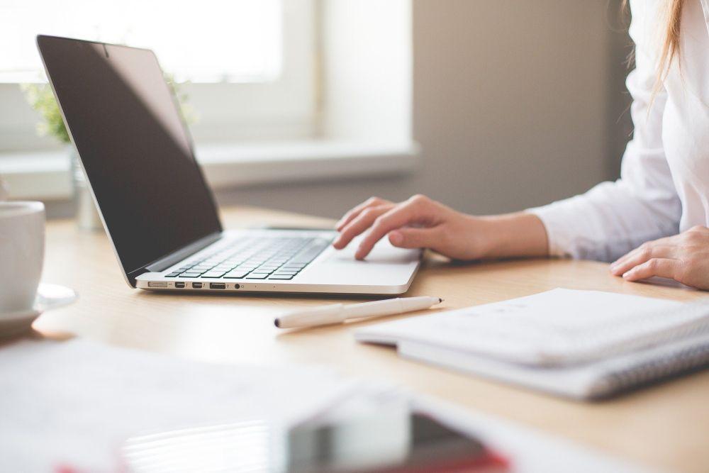 Kvinna skriver på en dator.