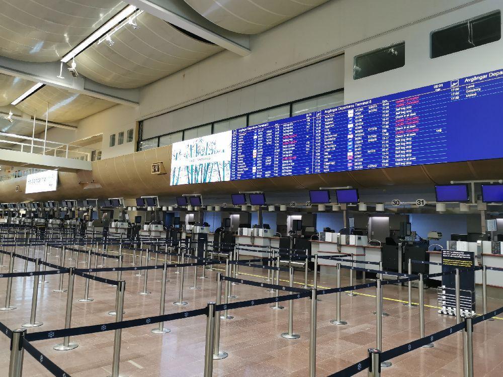 Incheckningsdiskar på stort flygfält. Inga människor syns till.