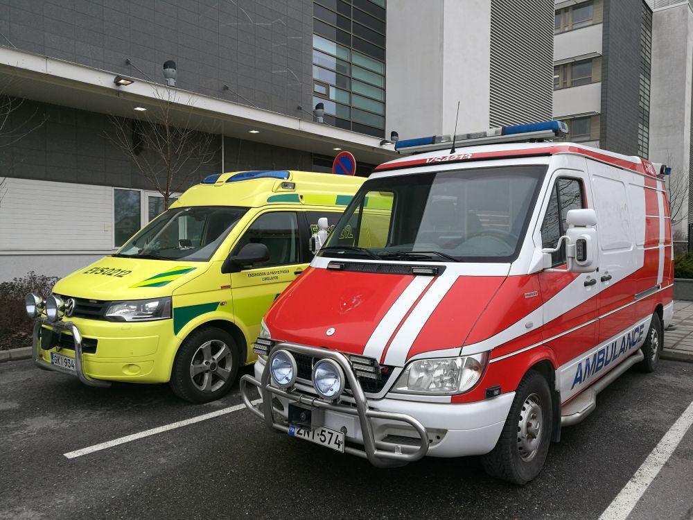 Två ambulanser framför ett sjukhus
