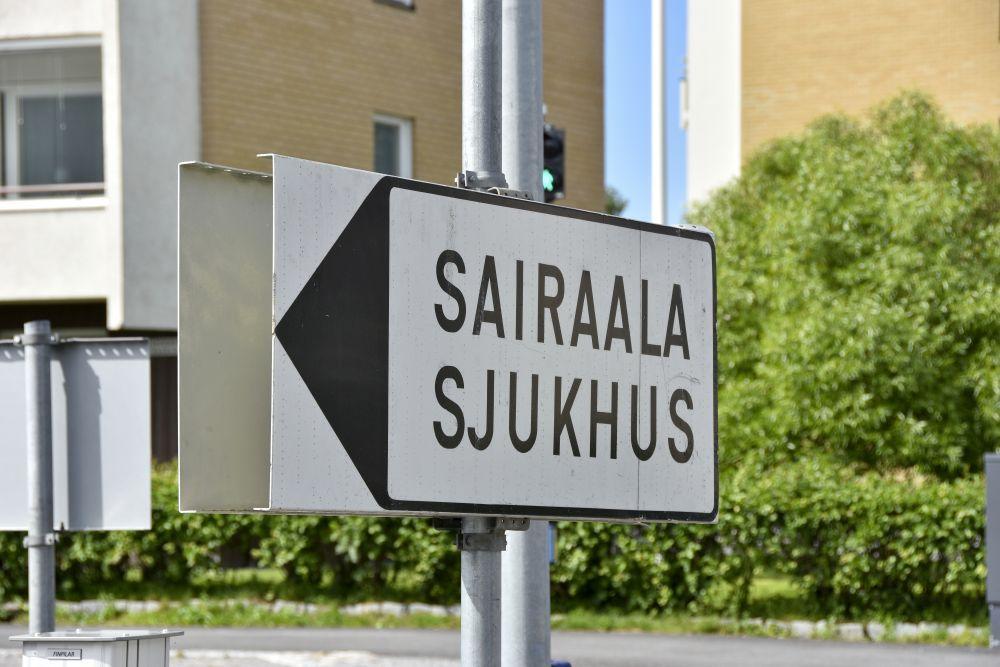 """Vägskult med texten """"Sairaala, sjukhus"""""""