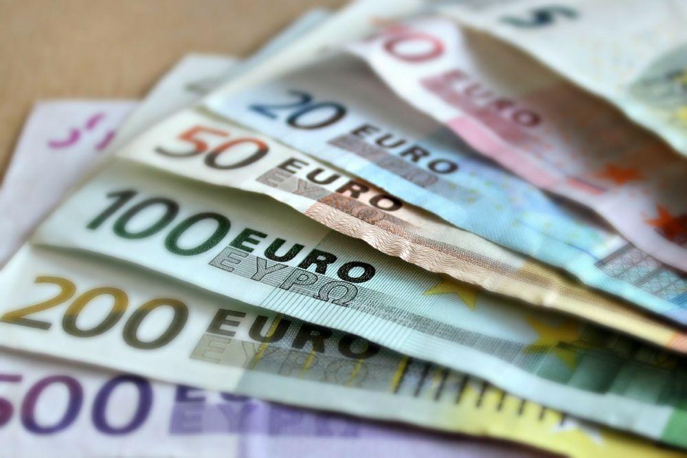 Alla olika eurosedlar framlagda på ett bord.