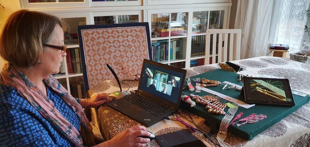Tina Laurén undervisar i knyppling via videolänk