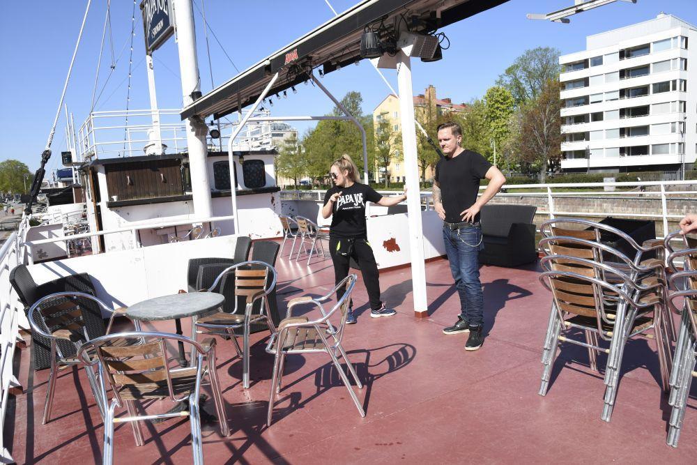 Restaurangarbetare ordnar bord på uteservering