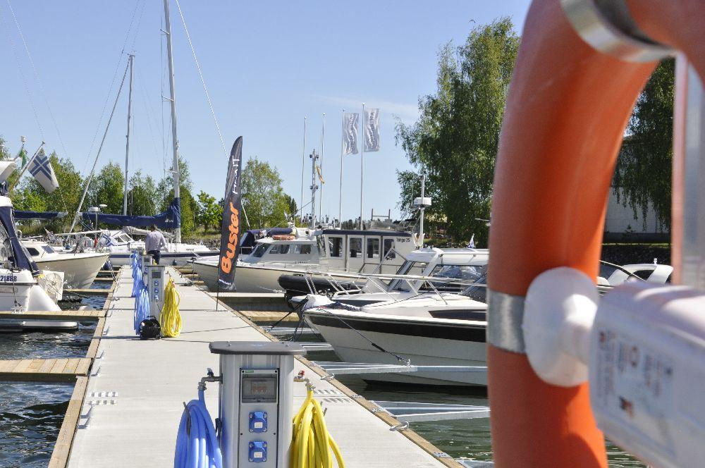 brygga i en småbåtshamn. Fler stora båtar förtöjda här.