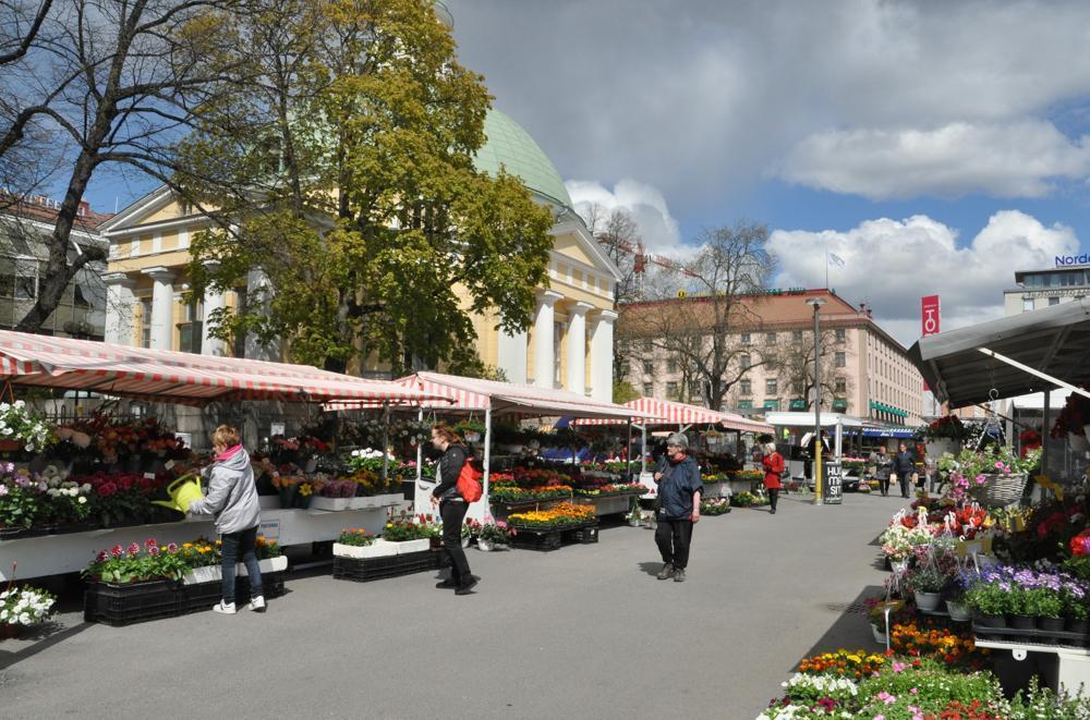 torghandel framför ortodoxa kyrkan vid salutorget i Åbo