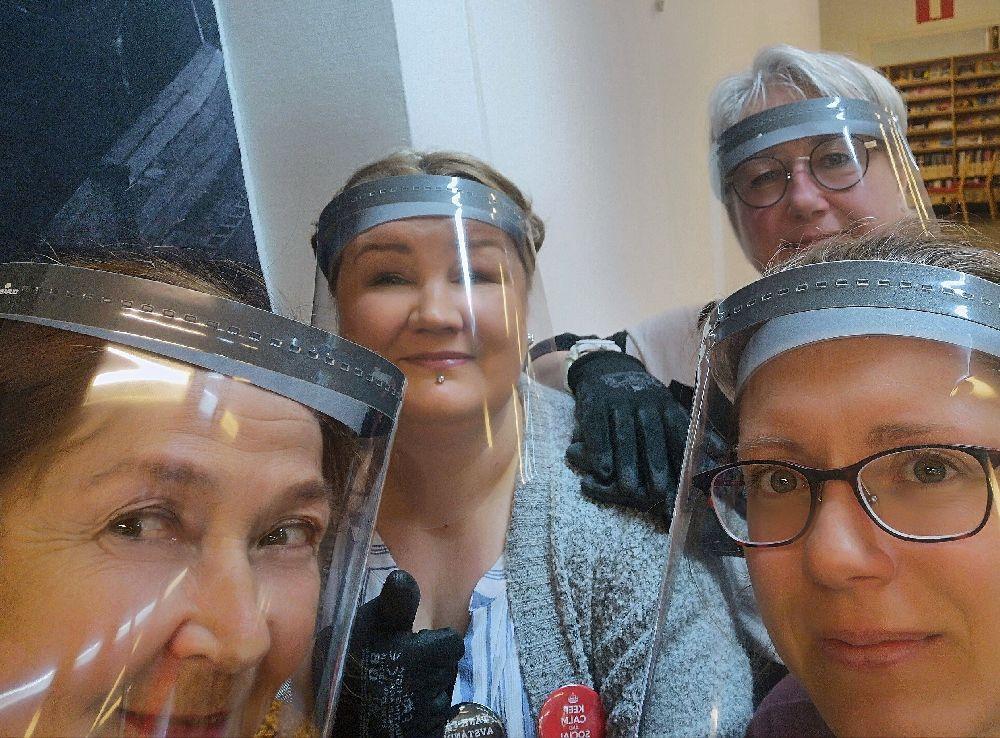 Fyra damer med visir för ansiktet