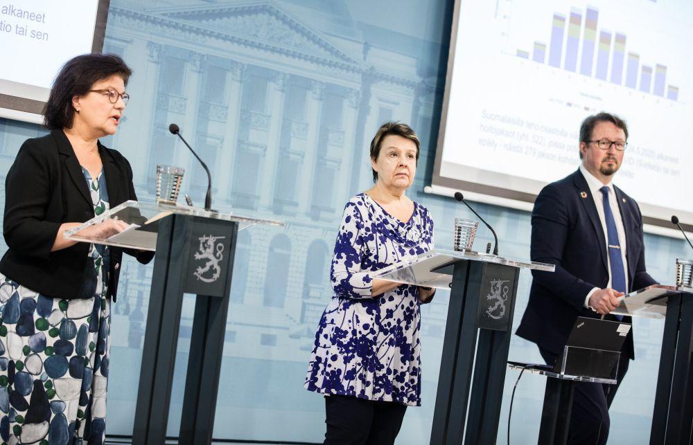 Tre personer håller presskonferens