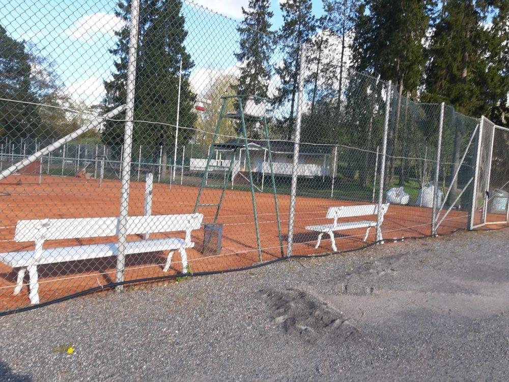 Tennisplaner bakom staket.