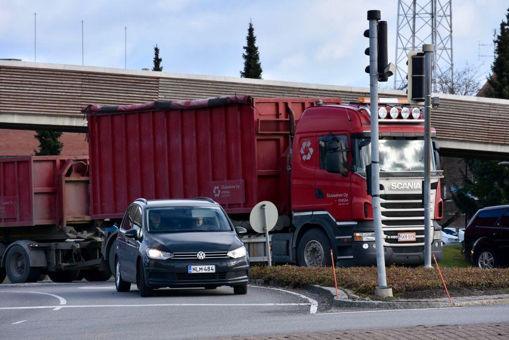 bilar i trafik i Reso. En personbil och en lastbil.