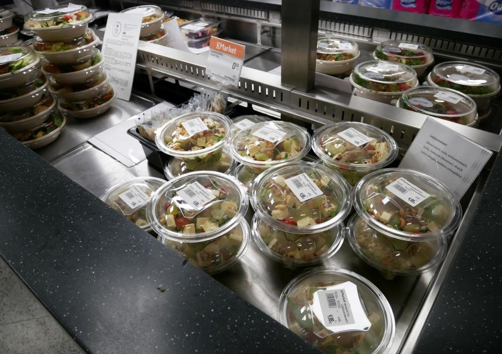 behållare med matportioner i en salladsbar
