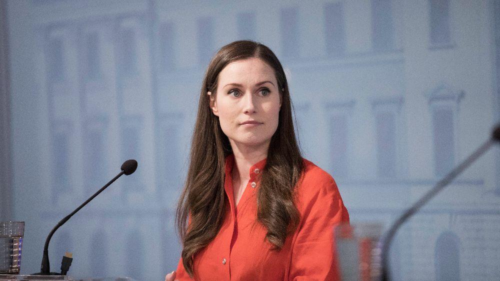 Ung kvinna i röd skjorta.