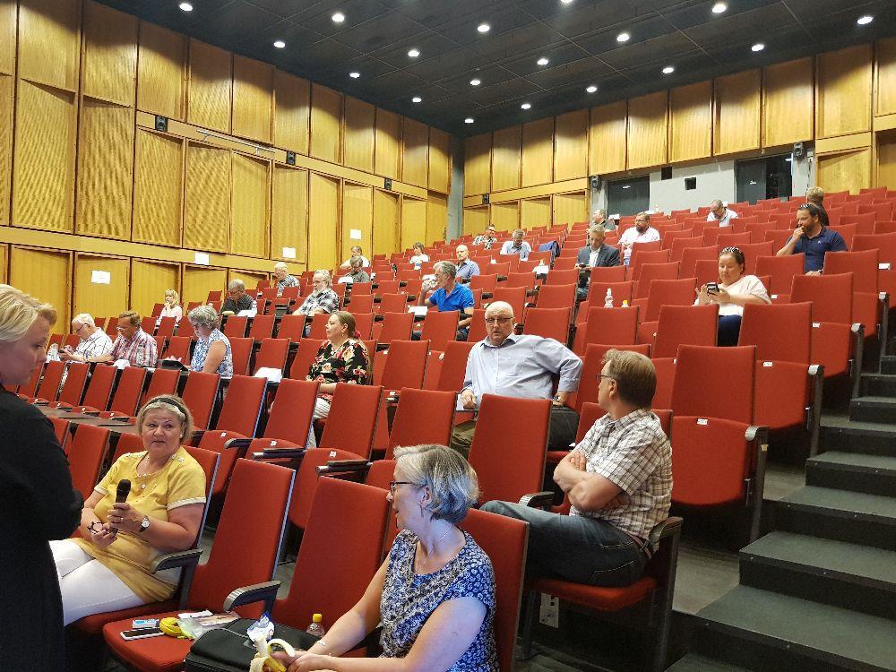 Auditorium där 27 ledamöter är på plats men med rejäla avstånd.