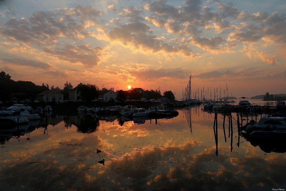 Solnedgång över en hamn