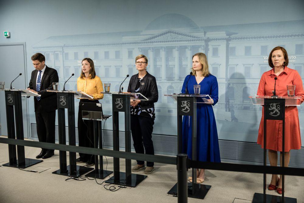 Fem ministrar på presskonferenss