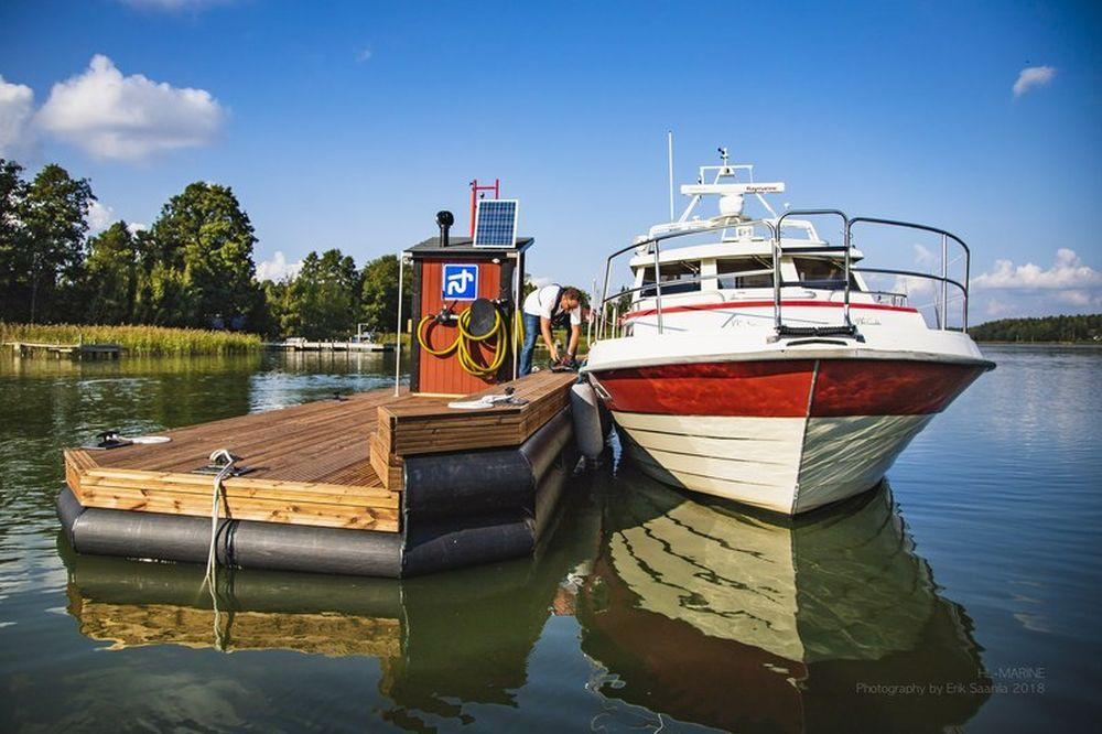 En båt förtöjd vid en flytande brygga.