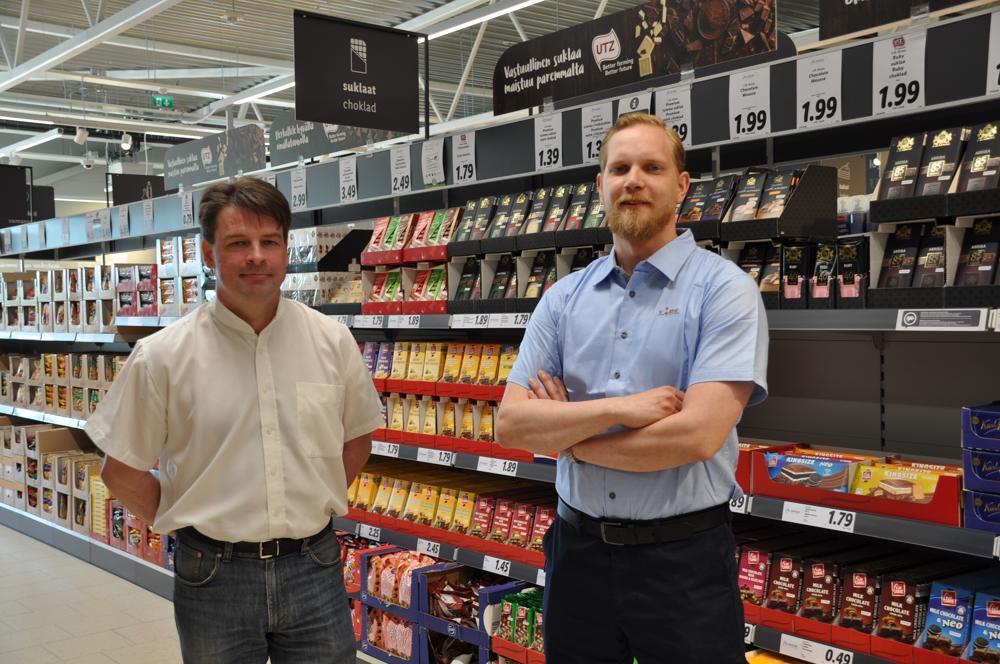 två män vid en butikshylla