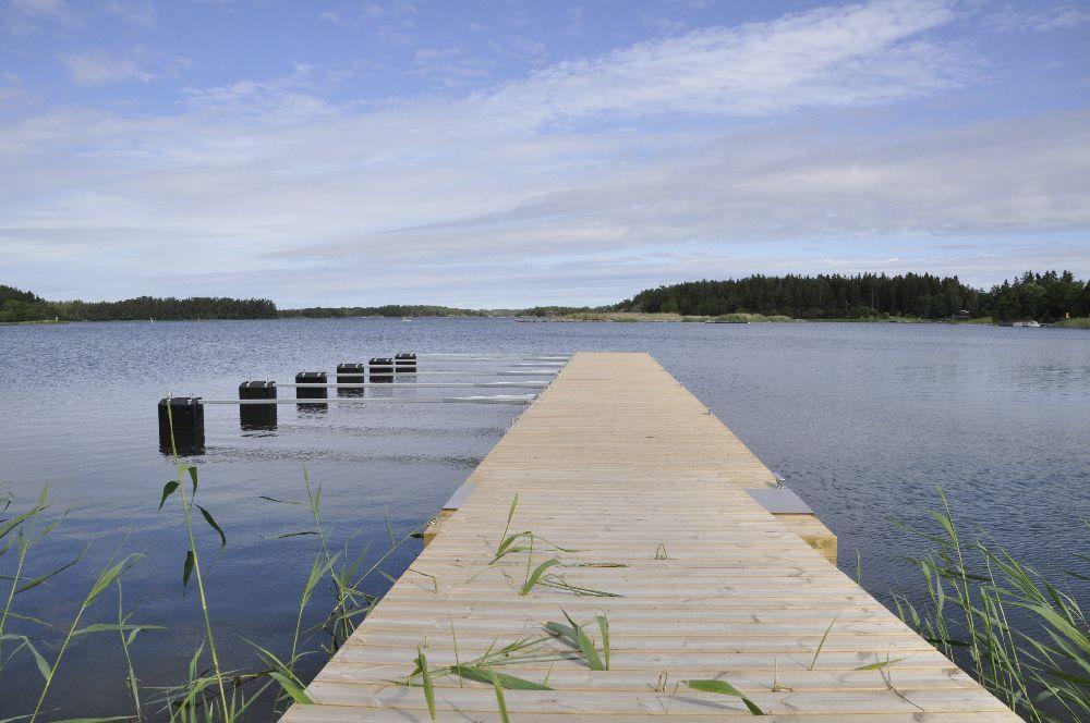 En ny brygga. Några båtplatser med bommar längst ut