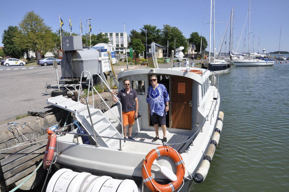 två män på en båt, fotad snett uppifrån.