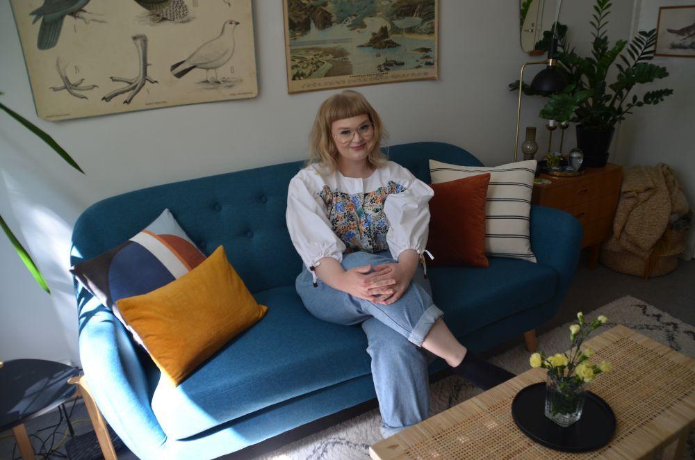 En kvinna sitter på en soffa.