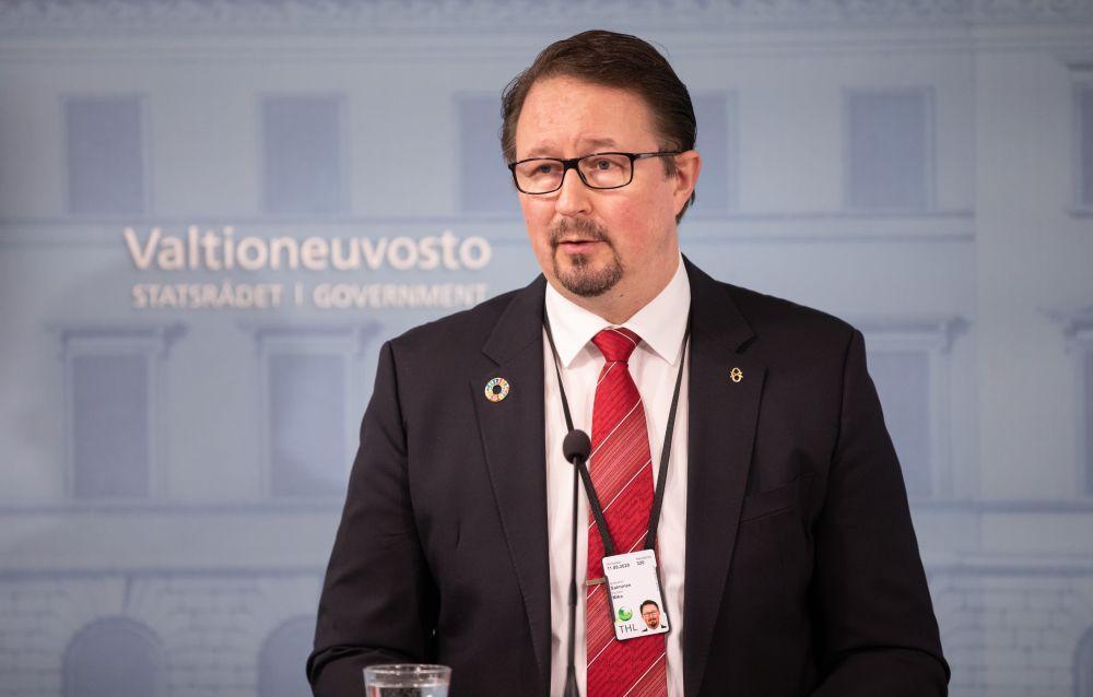 Mika Salminen talar på en presskonferens.