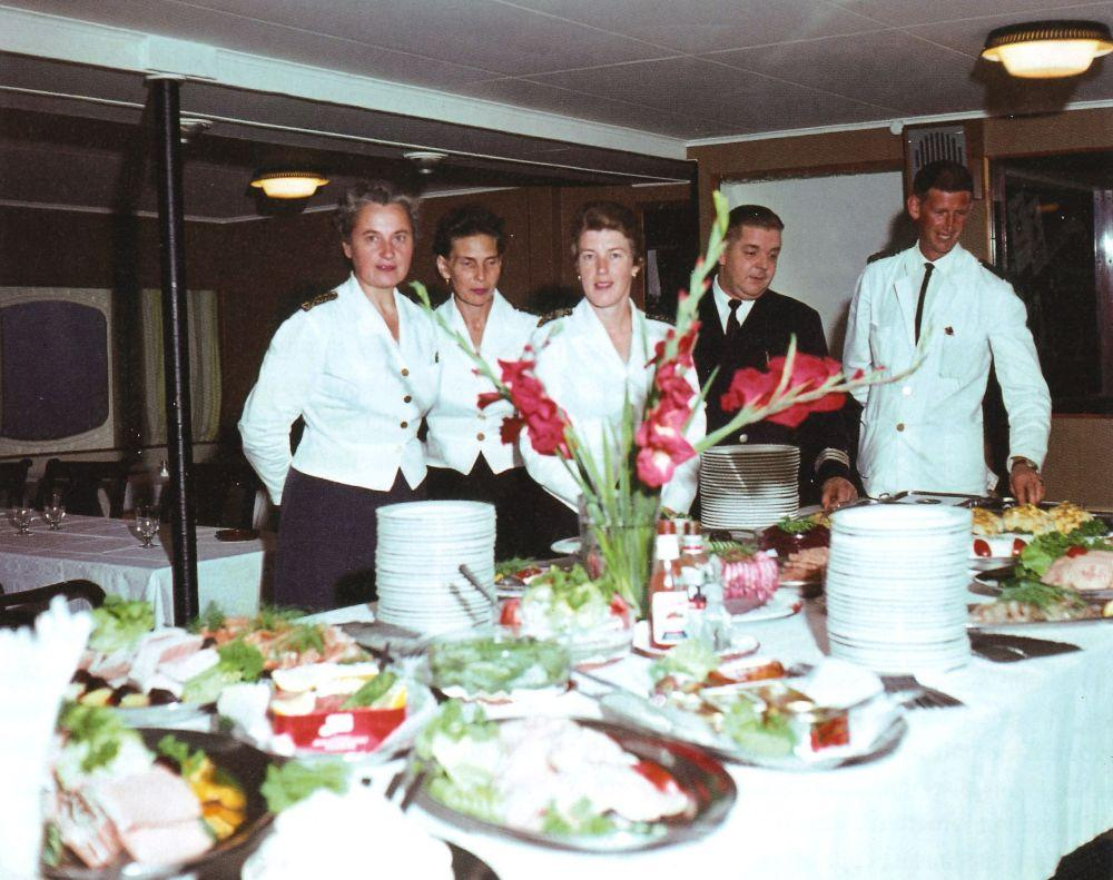Personal vid båtbuffetbord