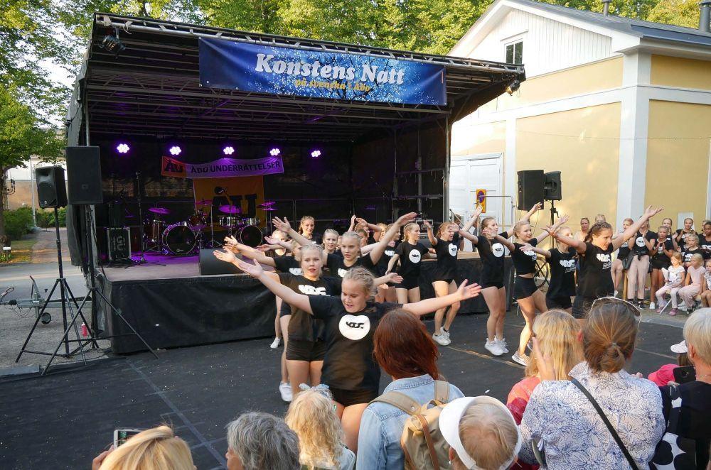 Dansgrupp uppträder
