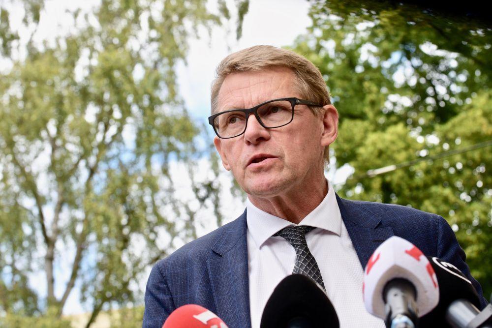 Matti Vanhanen talar framför mediernas mikrofoner.