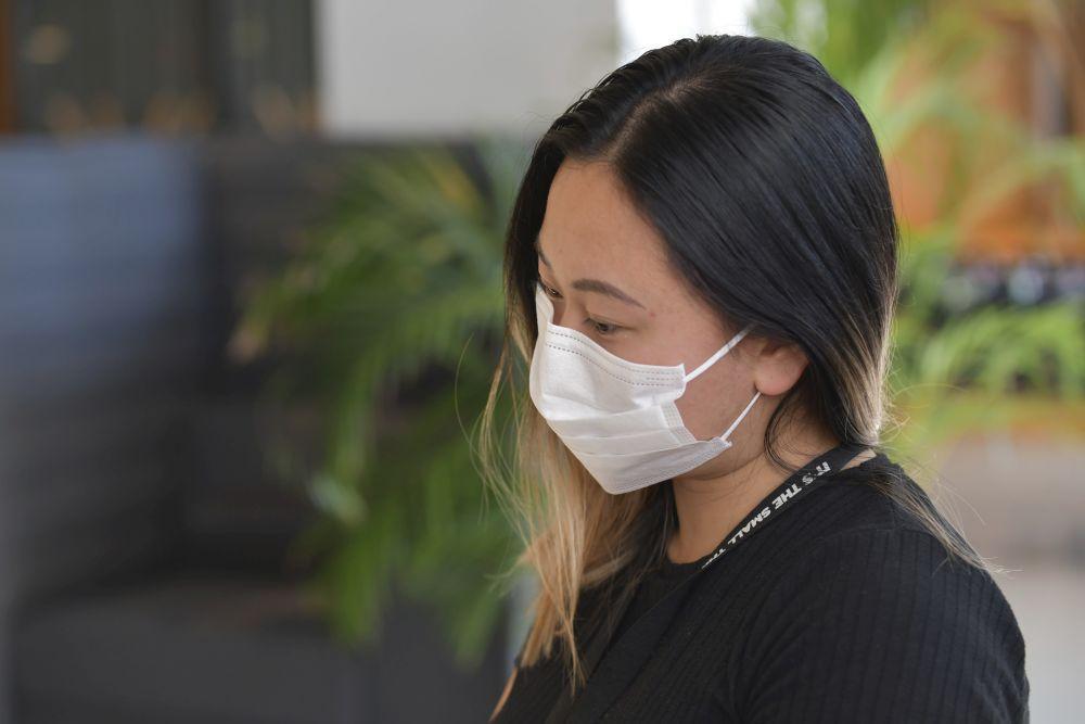 En kvinna med ett munskydd.