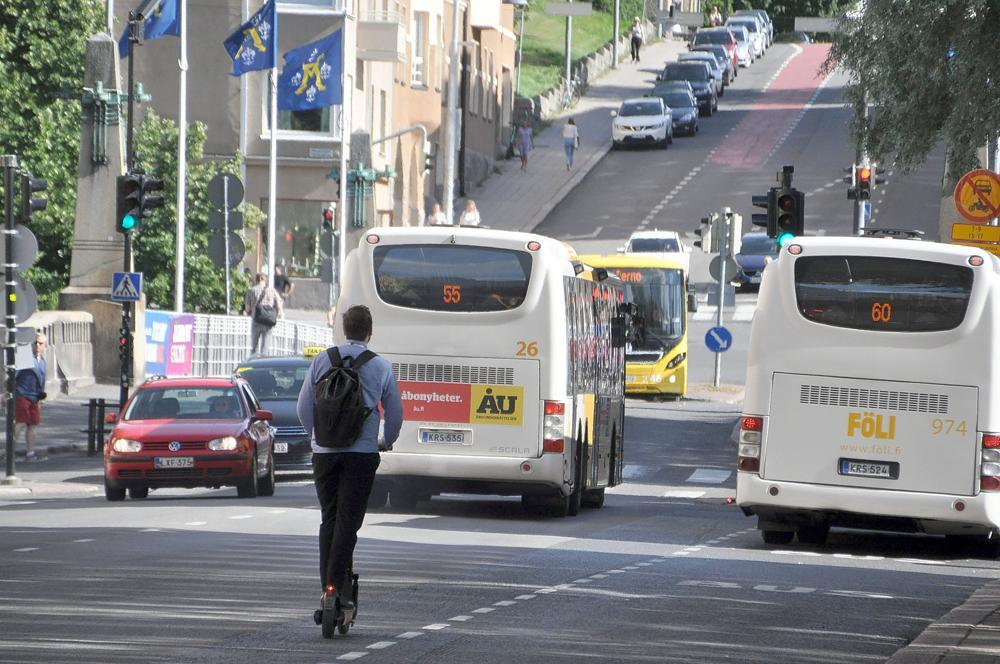 Fölis gula bussar kör längs Auragatan
