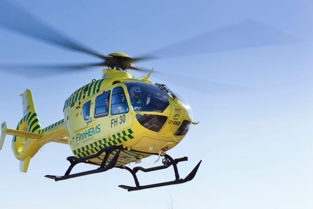 Läkarhelikopter flyger.