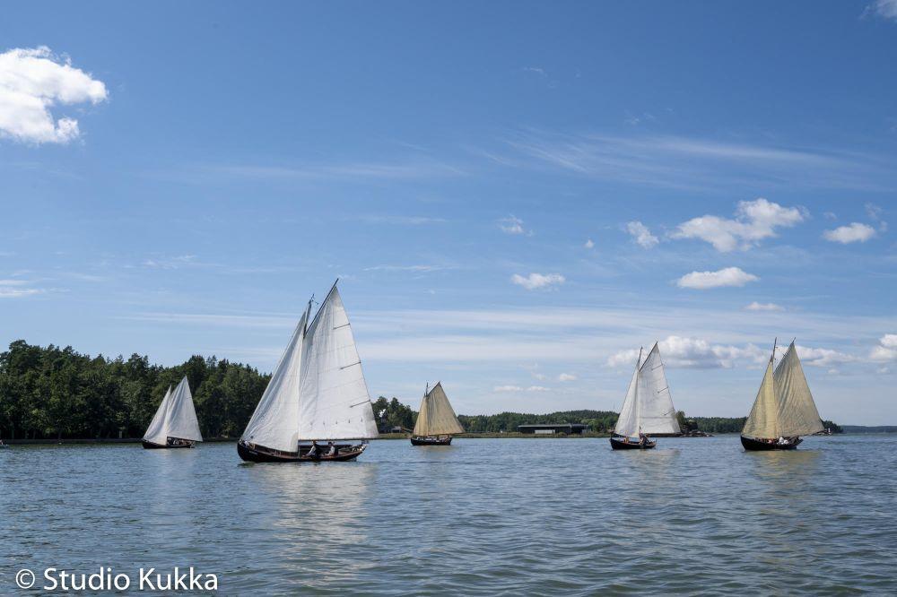 Allmogebåtar för segel på en fjärd.